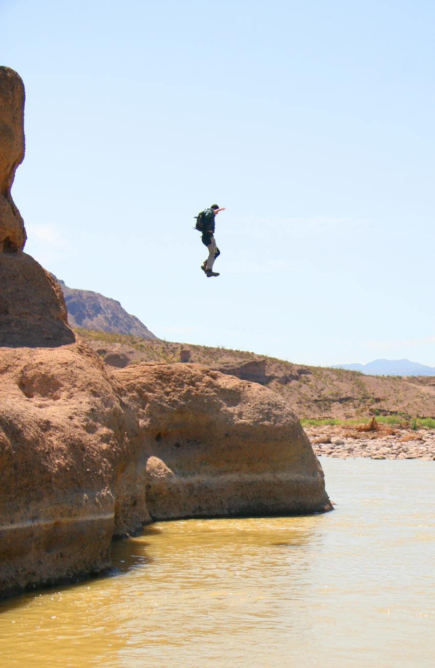 Bear Grylls saute | BearGrylls.fr