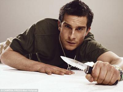 Bear Grylls et sont couteau